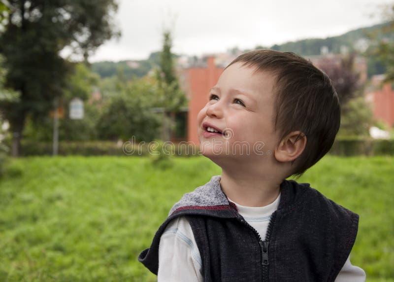 Kind dat omhoog kijkt royalty-vrije stock foto