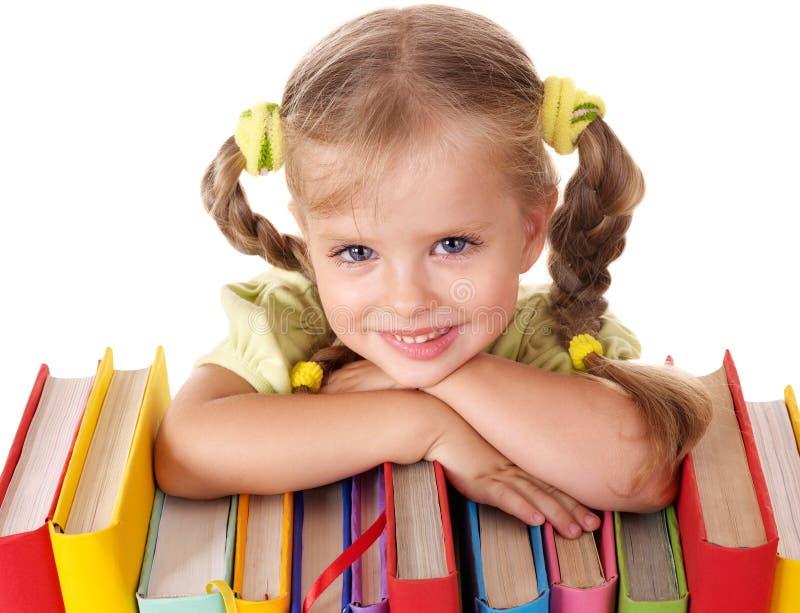 Kind dat op stapel van boeken ligt. royalty-vrije stock foto's