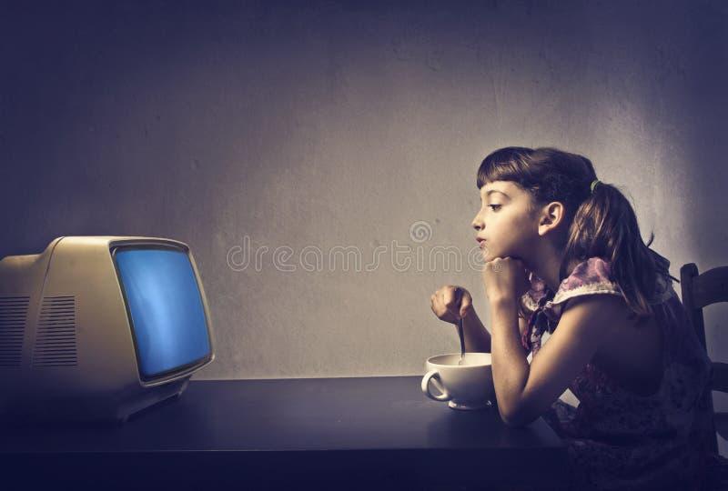 Kind dat op TV let royalty-vrije stock afbeeldingen
