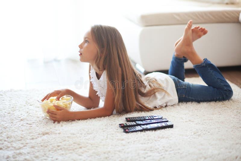 Kind dat op TV let royalty-vrije stock foto's