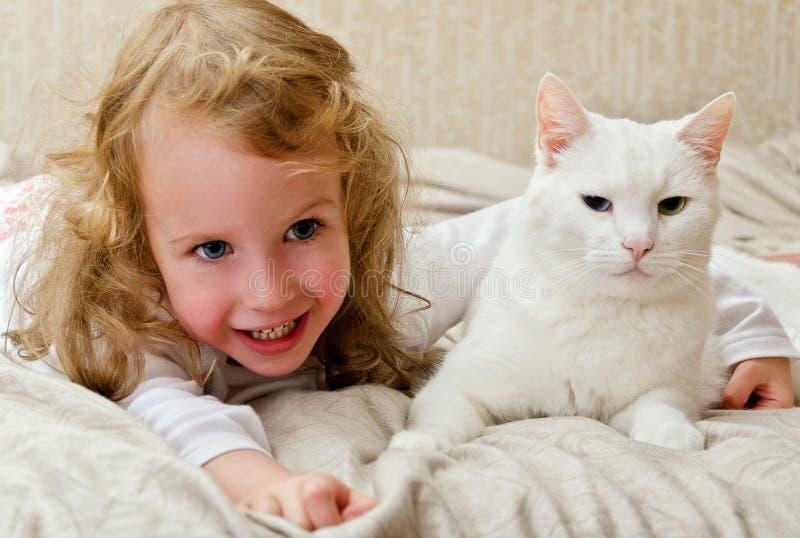 Kind dat pret met kat heeft royalty-vrije stock afbeelding