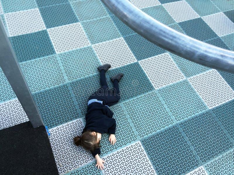 Kind dat in speelplaats wordt verwond stock afbeelding