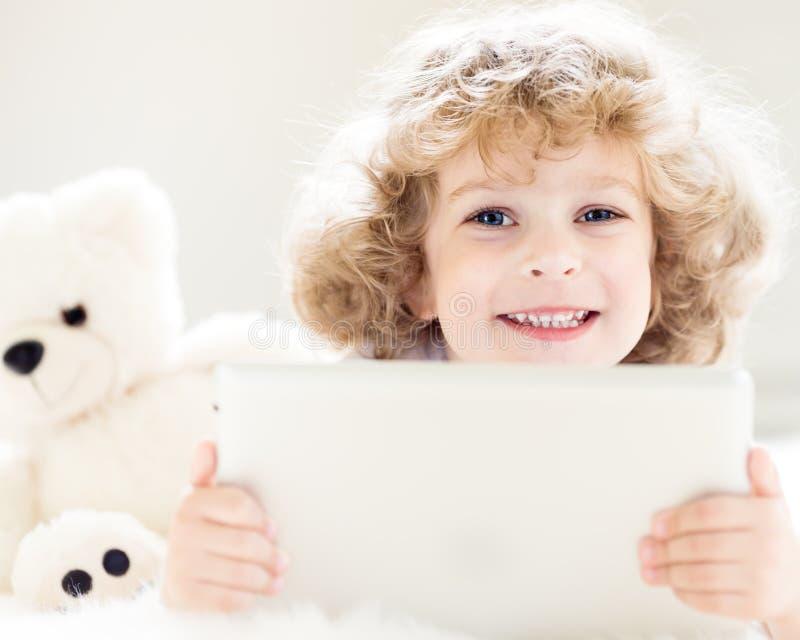 Kind dat tabletPC met behulp van stock foto's