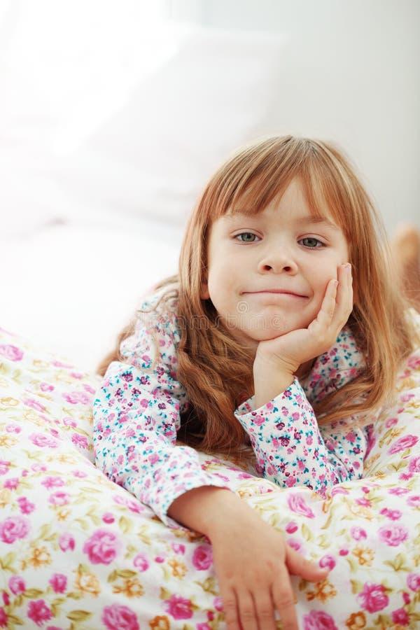 Kind dat thuis rust royalty-vrije stock afbeeldingen