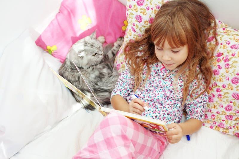 Kind dat thuis rust royalty-vrije stock afbeelding