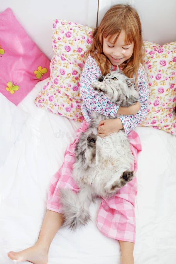 Kind dat thuis rust royalty-vrije stock fotografie