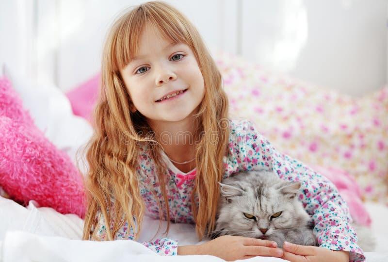 Kind dat thuis rust royalty-vrije stock foto's