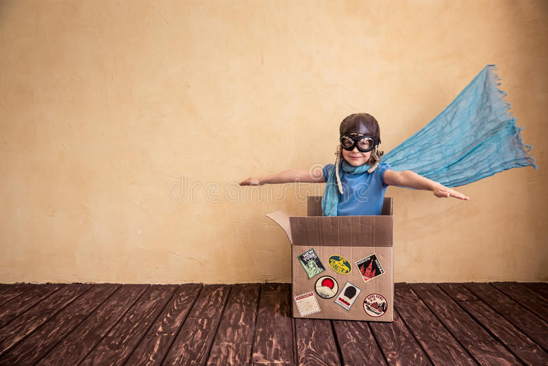 Kind dat thuis speelt stock afbeeldingen