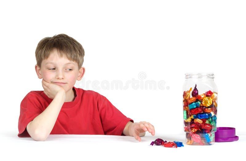 Kind dat voor suikergoed bereikt royalty-vrije stock foto