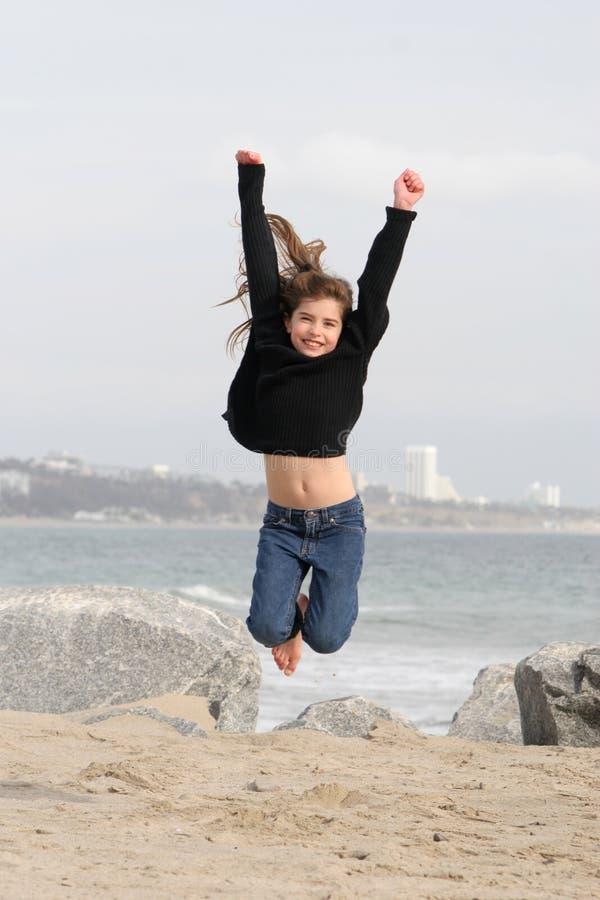 Kind dat voor Vreugde springt royalty-vrije stock fotografie
