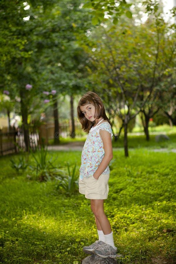 Kind dat zich in Groen park bevindt royalty-vrije stock afbeeldingen