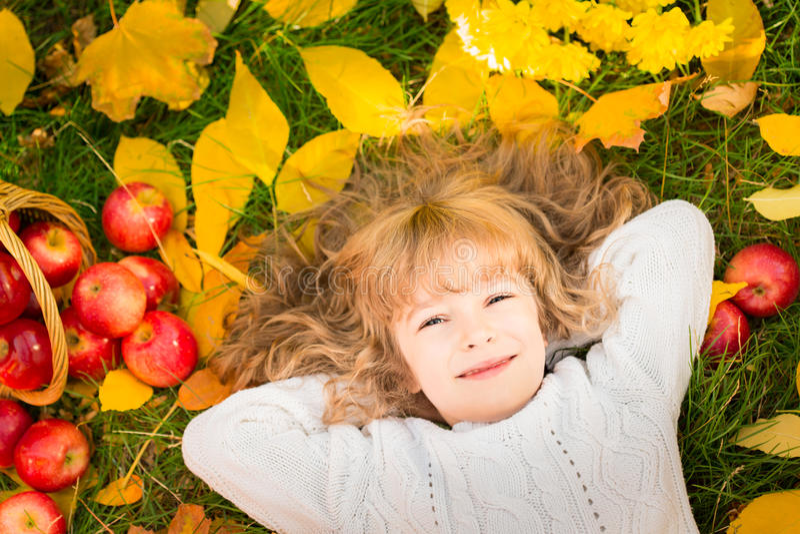 Kind in de herfstpark stock foto's