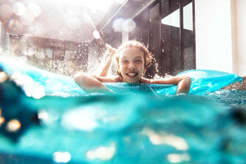 Kind in de pool onderwater stock afbeeldingen