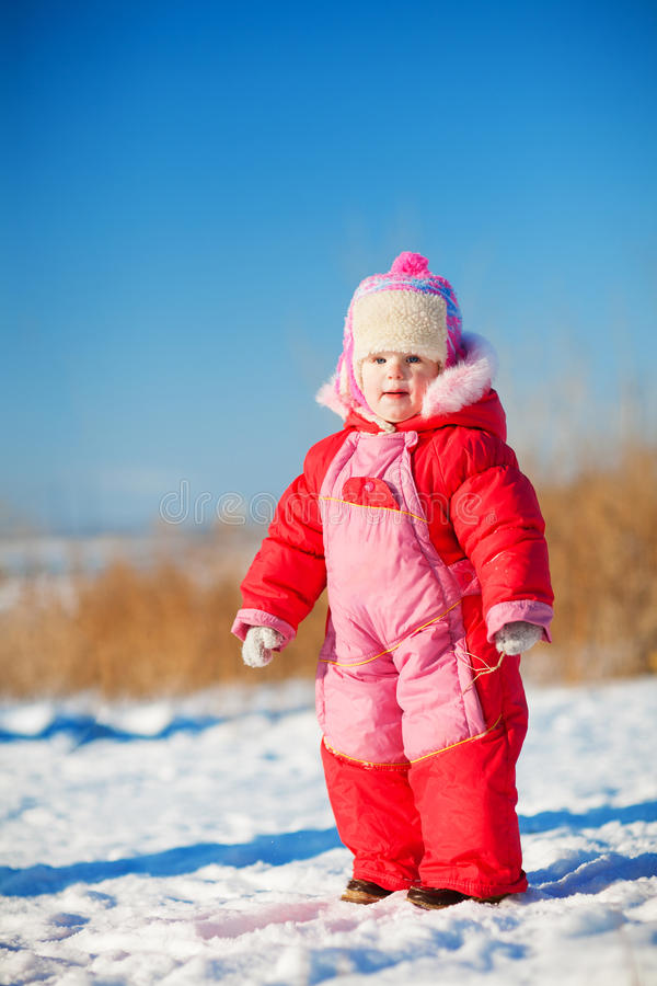 Kind in de winter in openlucht royalty-vrije stock afbeeldingen