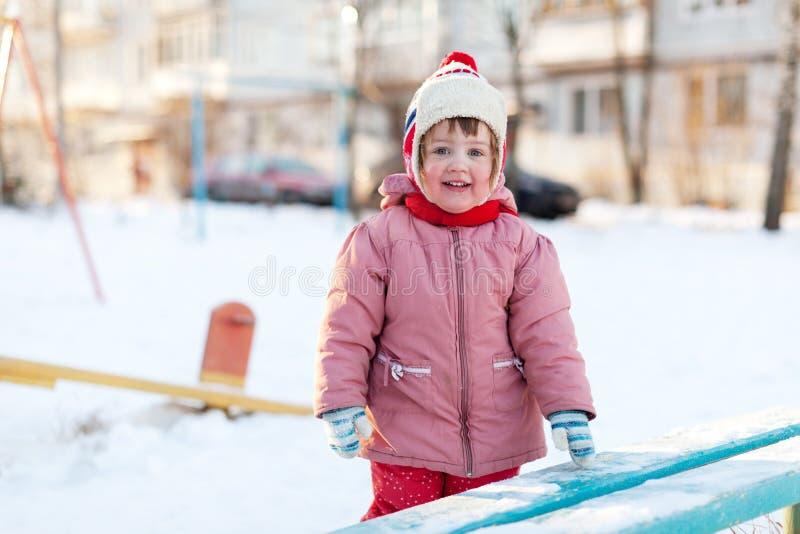 Kind in de winter zonnige dag royalty-vrije stock fotografie