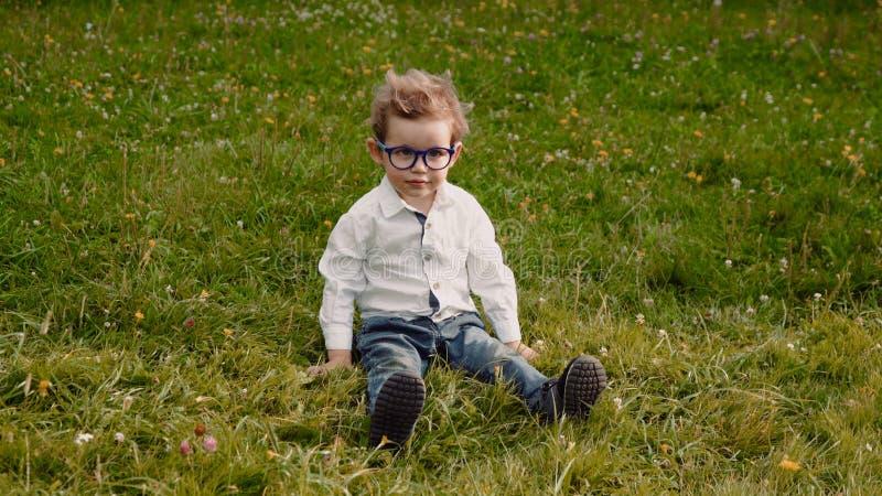 Kind in den Gläsern lizenzfreie stockfotos