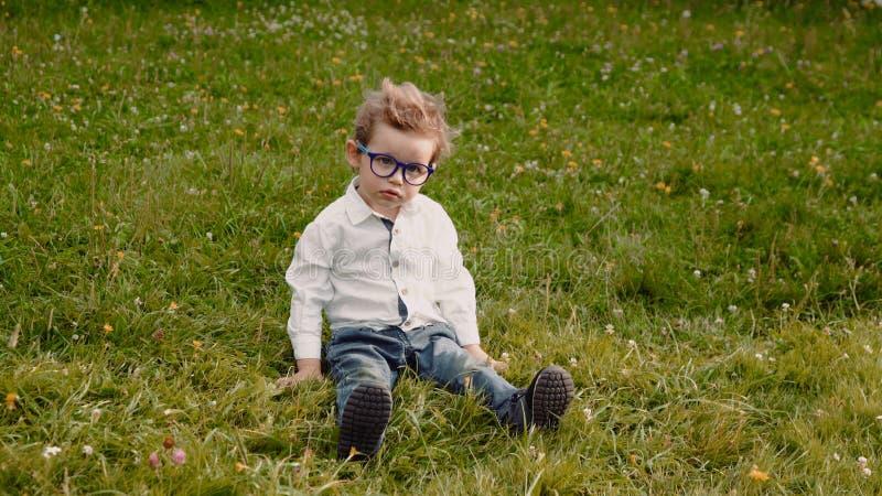 Kind in den Gläsern lizenzfreie stockbilder
