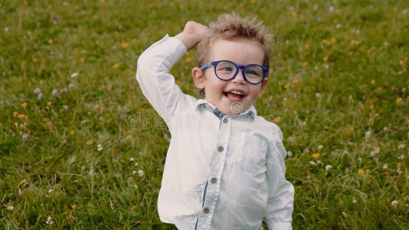 Kind in den Gläsern lizenzfreie stockfotografie