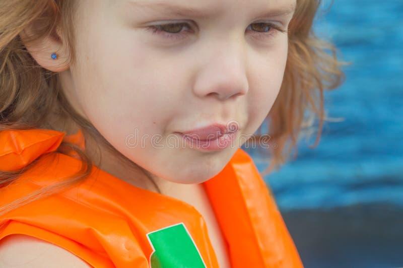 Kind der Biss einer Biene in der Lippe, geschwollen stockfotografie
