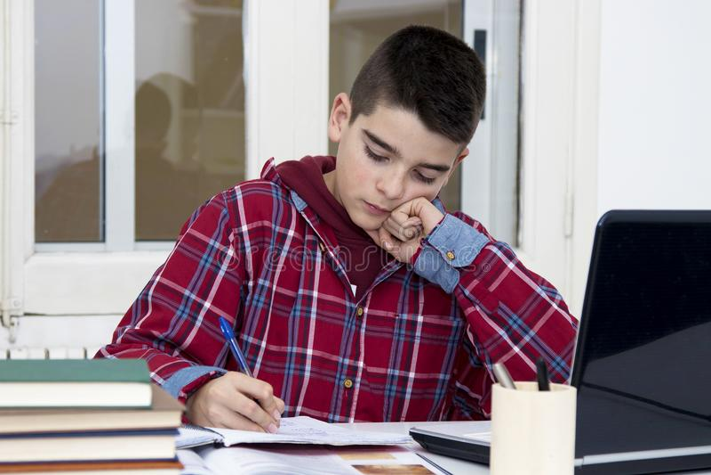 Kind in der Schule lizenzfreies stockbild