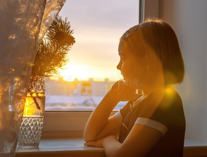 Kind in der Sonne stockbild