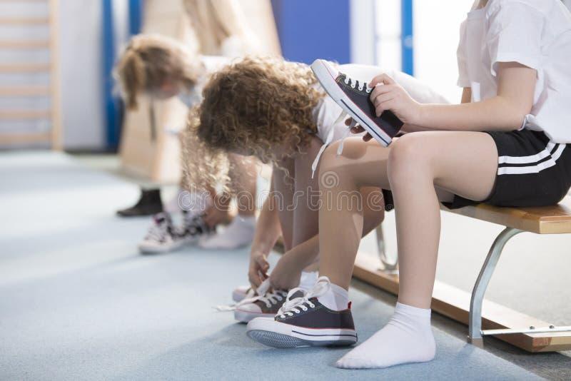Kind in der Umkleidekabine stockbilder