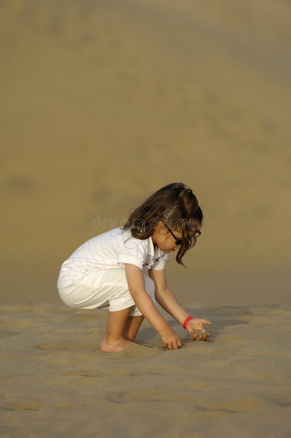 Kind in der Wüste lizenzfreie stockfotografie