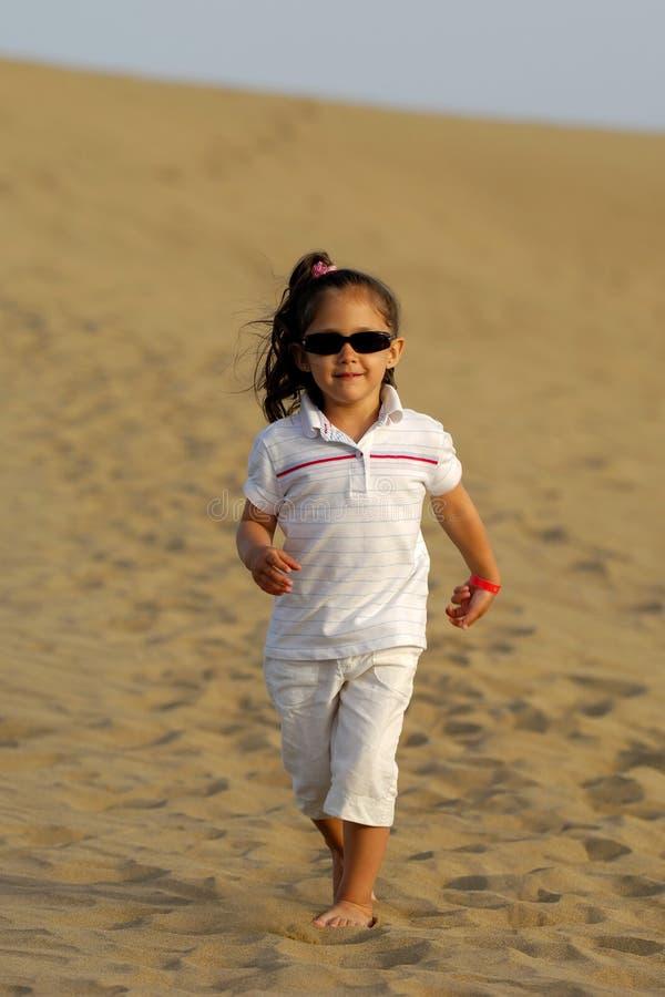Kind in der Wüste stockbild