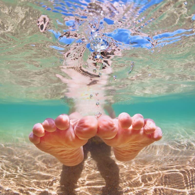 Kind des bloßen Fußes auf Strandferien Rotes Meer, Fisch, Zebrafische, Pterois volitans stockfotografie