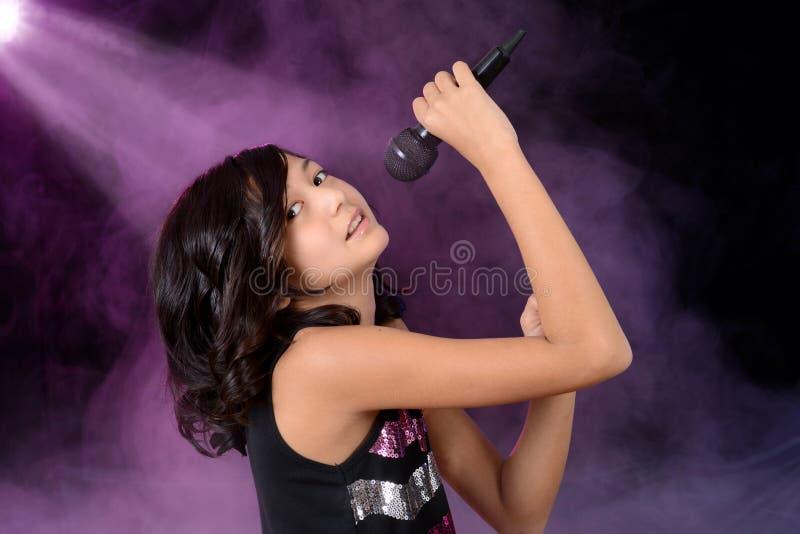 Kind des jungen Mädchens, das auf Stufe singt stockfotos