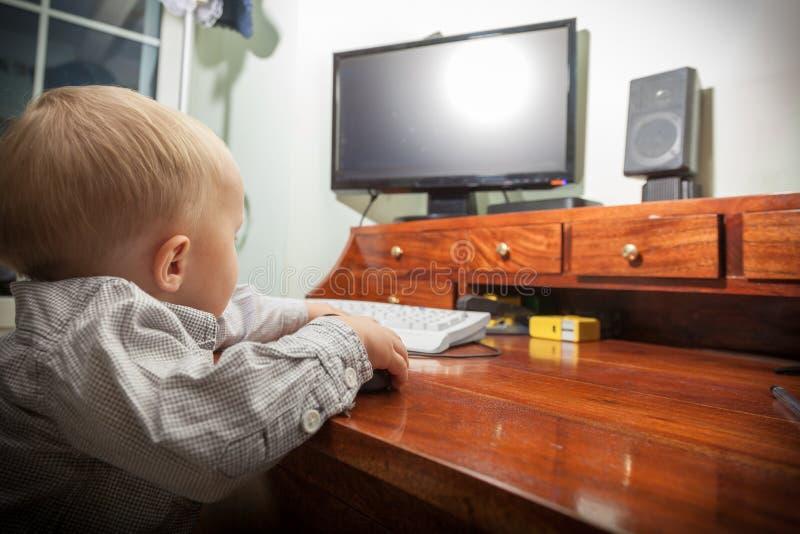 Kind des kleinen Jungen Kinder, dasauf dem Computer spielt lizenzfreies stockbild