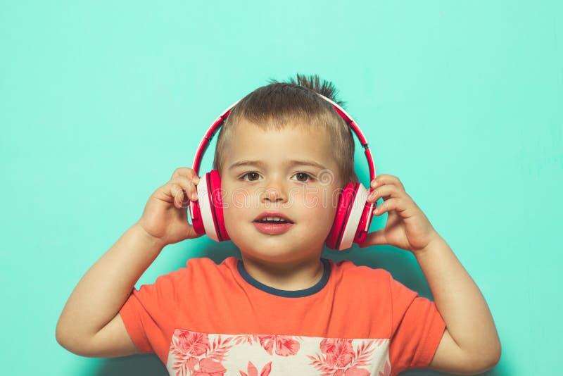 Kind die aan muziek met hoofdtelefoons luisteren royalty-vrije stock afbeelding