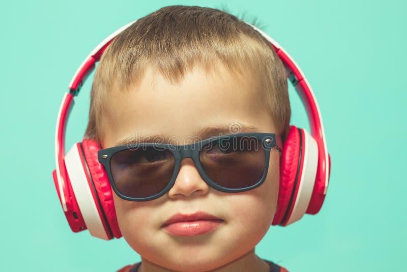 Kind die aan muziek met hoofdtelefoons luisteren royalty-vrije stock fotografie