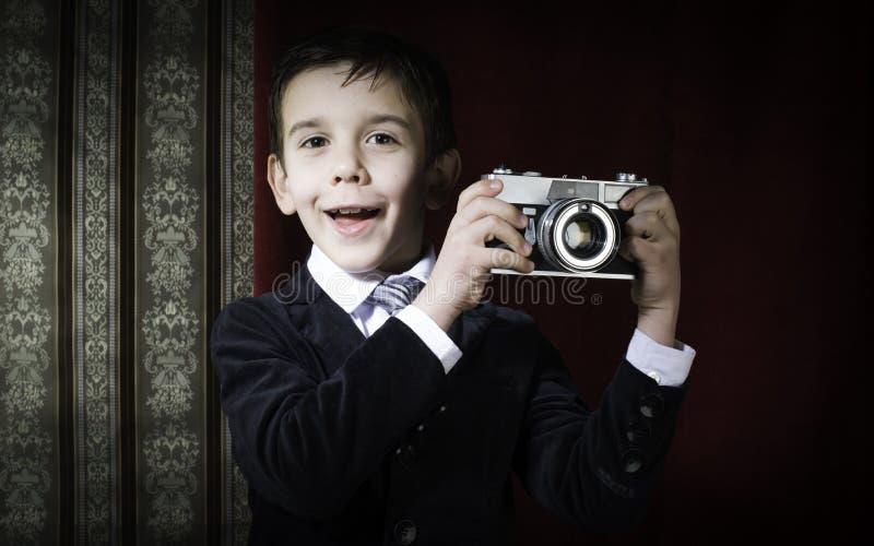 Kind die beelden met uitstekende camera nemen stock foto's