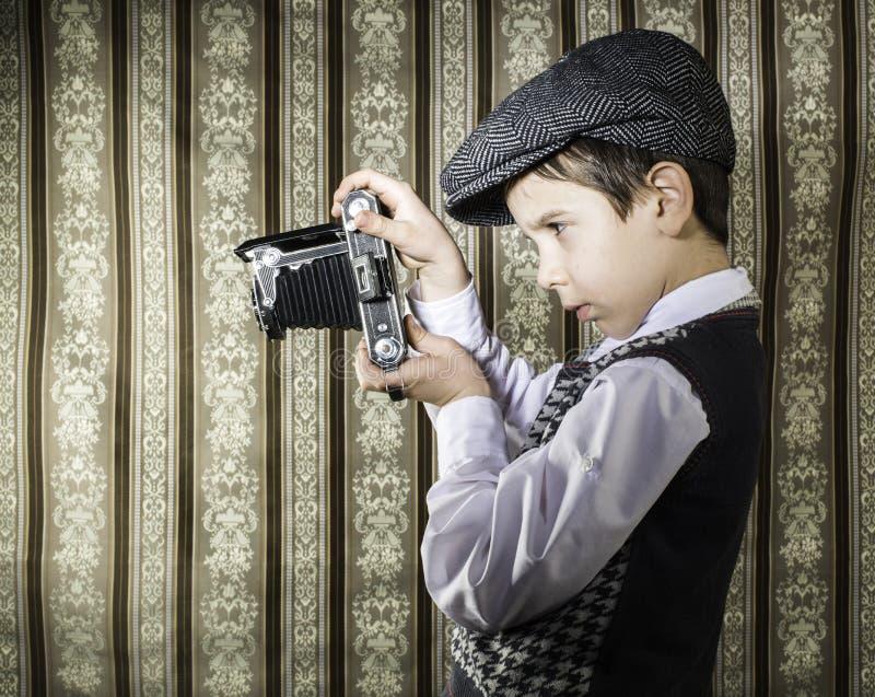 Kind die beelden met uitstekende camera nemen royalty-vrije stock foto's