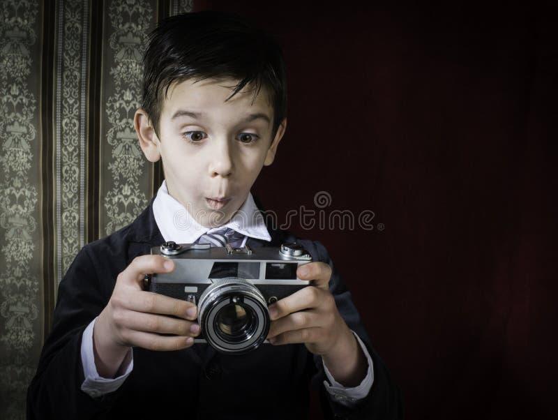 Kind die beelden met uitstekende camera nemen royalty-vrije stock afbeeldingen
