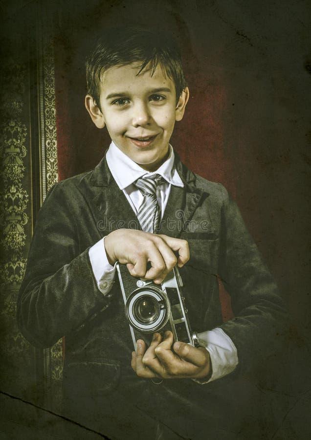 Kind die beelden met uitstekende camera nemen stock afbeelding