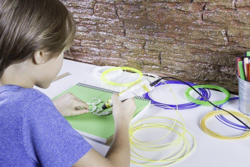 Kind die 3D drukpen gebruiken Jongen die nieuw punt maken Creatief, technologie, vrije tijd, onderwijsconcept stock afbeelding