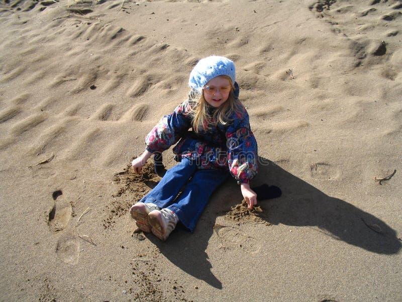 Kind die de aankomst van de lente vieren royalty-vrije stock foto's