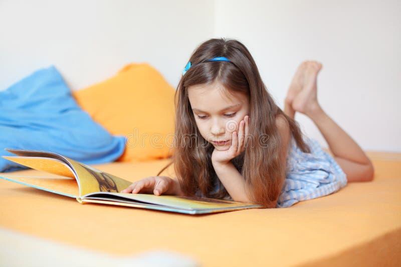 Kind die een boek lezen stock fotografie