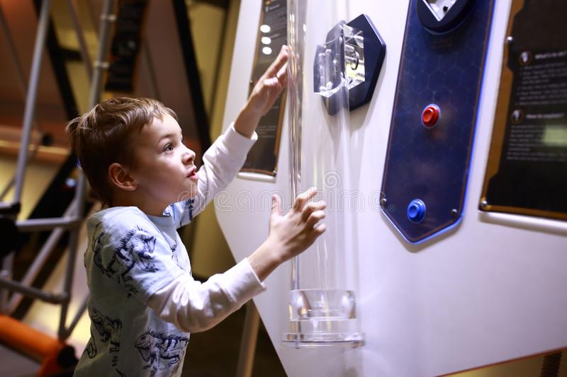Kind die een fysiek experiment doen royalty-vrije stock foto