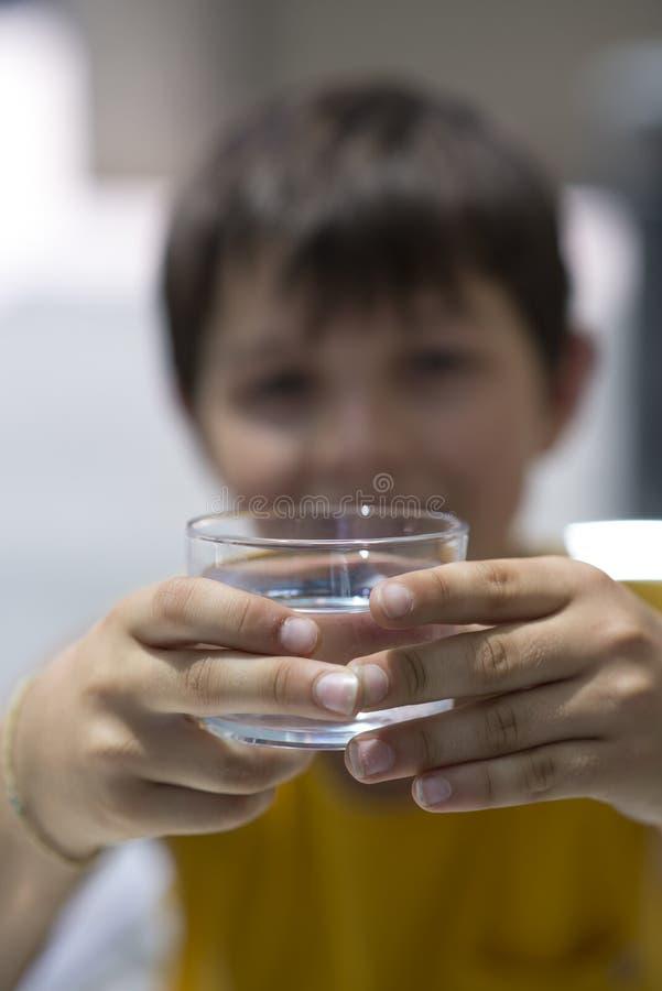 Kind die een glas zuiver water drinken royalty-vrije stock afbeeldingen
