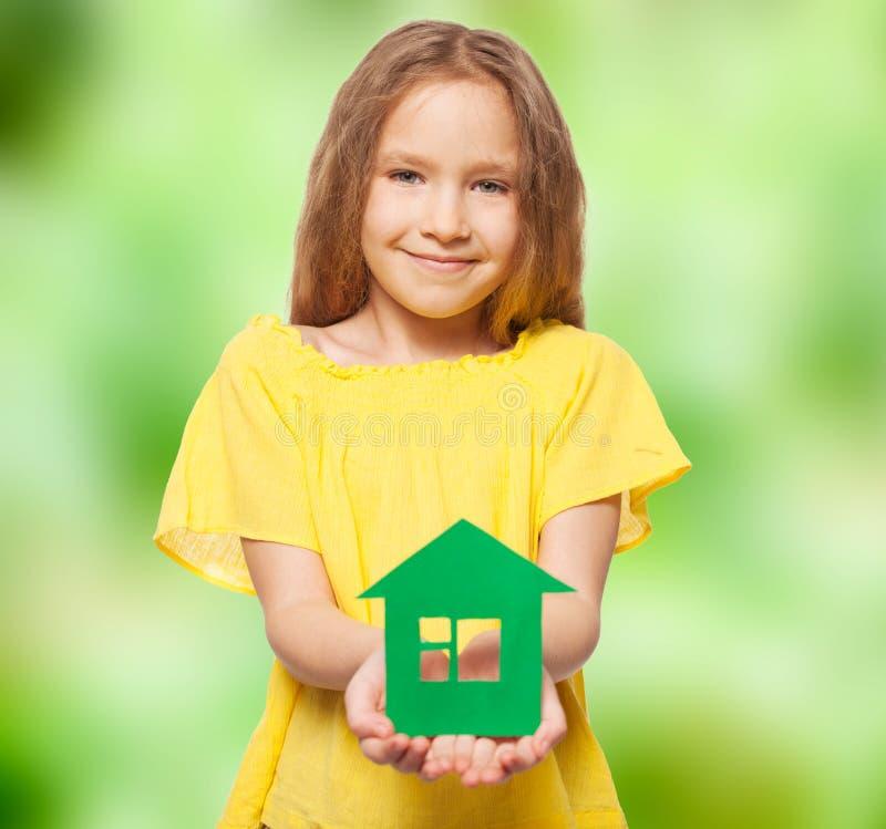 Kind die een groen huis houden royalty-vrije stock foto's