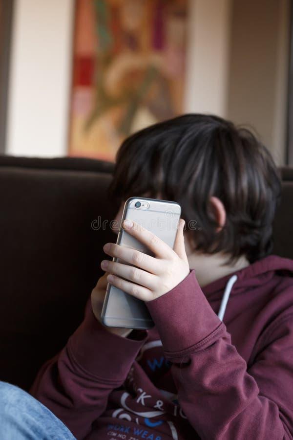 Kind die een mobiele telefoon met behulp van royalty-vrije stock fotografie