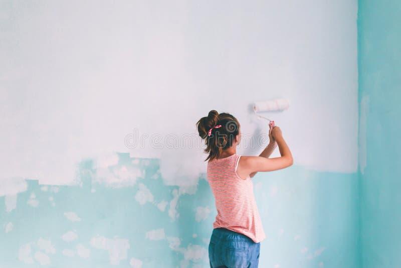 Kind die een muur in ruimte schilderen royalty-vrije stock fotografie