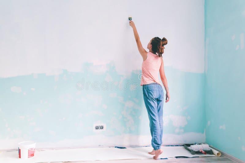 Kind die een muur in ruimte schilderen royalty-vrije stock afbeeldingen