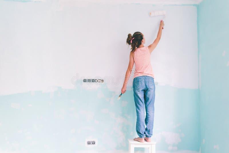 Kind die een muur in ruimte schilderen stock afbeelding