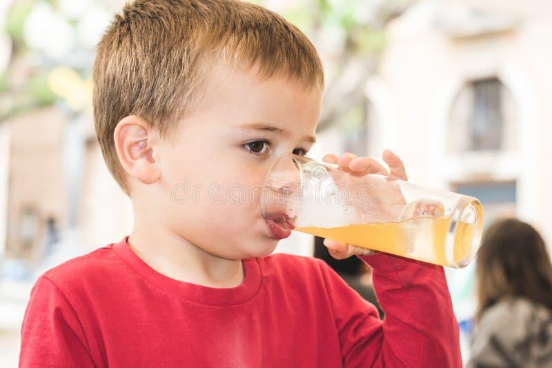 Kind die een soda in een glas drinken royalty-vrije stock foto