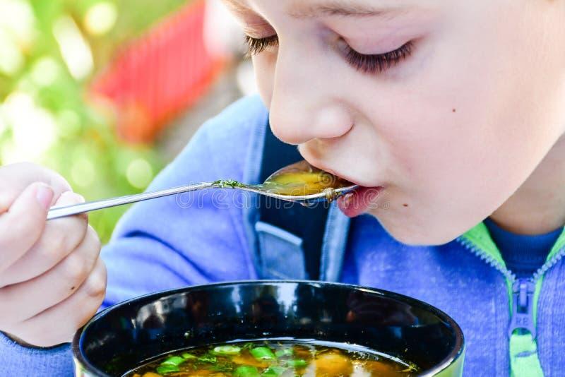 Kind die een soep eten stock fotografie