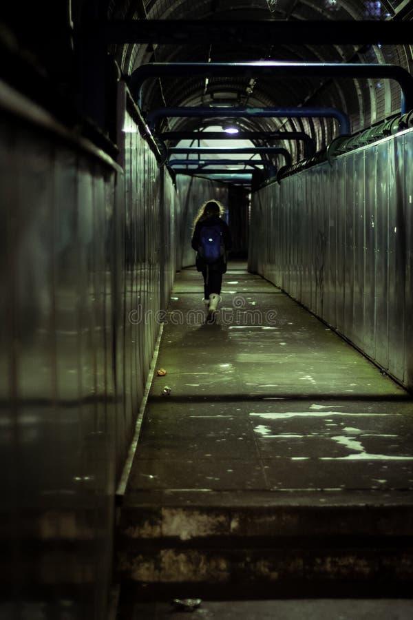 Kind die een spoorwegbrug in Londen, het UK kruisen royalty-vrije stock foto